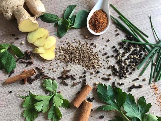 Les herbes aromatiques et les épices pour un ventre plat par Amélie diététicienne